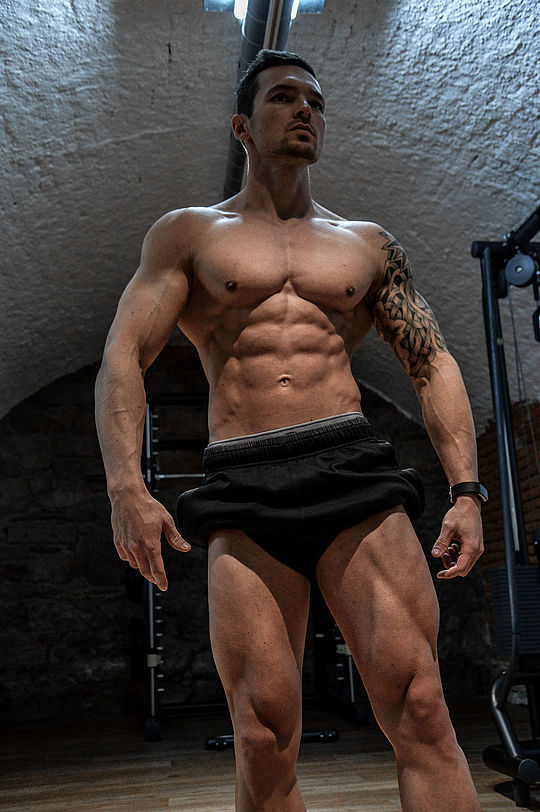 Philipp Parzer Training Posing Beine